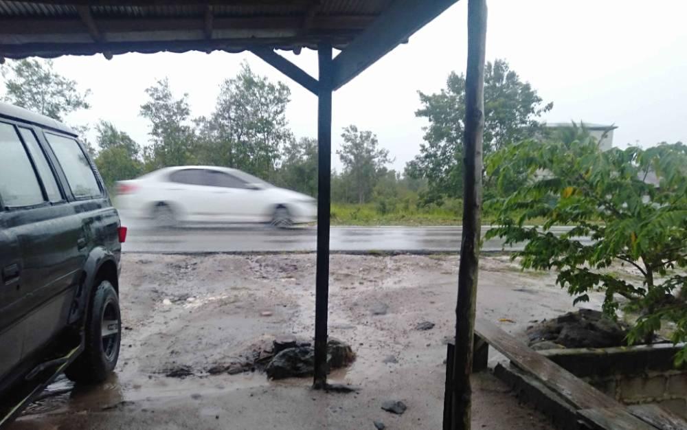 Jalanan di Kasongan pasca diguyur hujan deras, Sabtu, 27 Maret 2021.