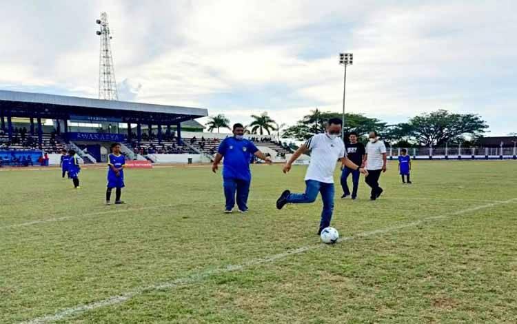 Ketua KONI Barito Utara, El Rony menendang bola pertama tanda dimulainya turnamen sepak bola Liga Pelajar (U 13) antar SSB di Stadion Swakarya Muara Teweh