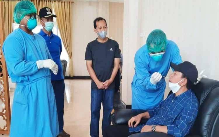 Bupati Barito Utara, Nadalsyah melakukan tes Swab PCR di rumah jabatan, Sabtu 27 Maret 2021
