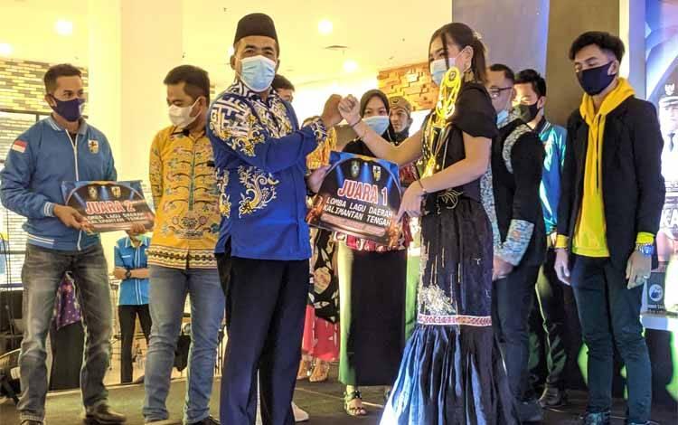 Asisten I Setda Kotim, Sutimin memberikan hadiah kepada pemenang lomba menyanyi lagu daerah