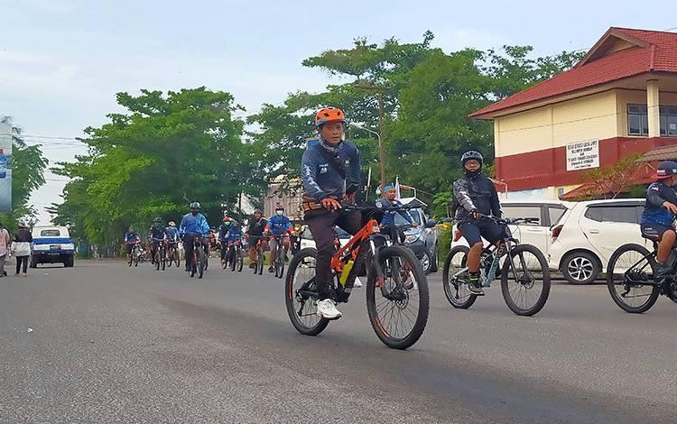 Komunitas sepeda di Sampit saat melakukan gowes bareng.