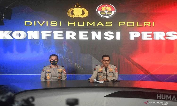 Kadiv Humas Mabes Polri Irjen Pol Argo Yuwono (kanan) didampingi Karo Penmas Brigjen Pol Rusdi Hartono (kiri) menyampaikan keterangan terkait peristiwa bom Gereja Katedral Makassar di Mabes Polri, Jakarta, Minggu (28/3/2021). Pihak kepolisian menyatakan bom tersebut diduga merupakan bom bunuh diri yang dilakukan oleh dua orang terduga yang mengendarai motor. ANTARA FOTO/Akbar Nugroho Gumay/foc.