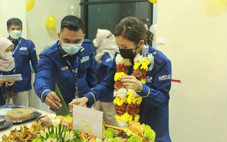 Prosesi pemotongan tumpeng oleh Monica Putri Rasyid, CEO Klinik Bisnis menandai peresmian Kantor Klinik Bisnis yang bertempat di Jl. G.Obos Induk No. 30 Kav. 1 dan 2 Palangka Raya.