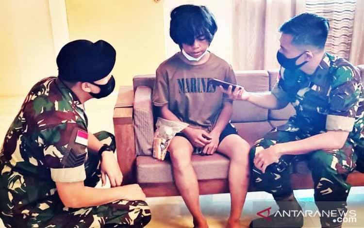 Dua personel TNI tengah berbincang dengan salah satu WNI yang menjadi korban penculikan kelompok Abu Sayyaf, di Manila, Filipina