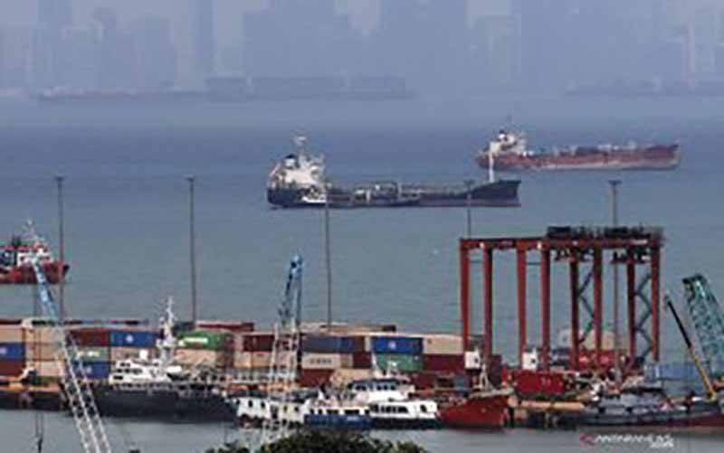 Suasana aktivitas bongkar muat di Pelabuhan Batuampar, Batam, Kepulauan Riau, Rabu (3/2/2021). Pemerintah melalui Kementerian Keuangan menunjuk Pulau Batam menjadi percontohan sistem National Logistik Ecosystem (NLE) melalui Batam Logistic Ecosystem (BLE), platform digitalisasi yang mempertemukan importir/eksportir dengan penyedia jasa logistik dan mempermudah proses perizinan hingga pembayaran logistic. (foto : ANTARA FOTO/Teguh Prihatna/Lmo/rwa)