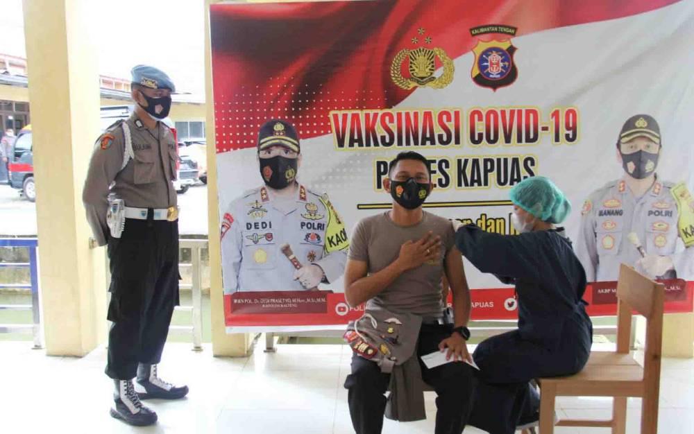 Personel Polres Kapuas saat menerima suntikan vaksinasi covid-19 dosis kedua pada Selasa, 30 Maret 2021.