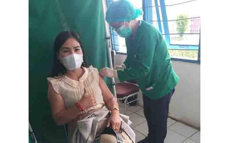 Anggota DPRD Kabupaten Gumas, Elvi Esie saat menjalani vaksinasi Covid-19 dosis 2 di RSUD Kuala Kurun, Selasa 30 Maret 2021