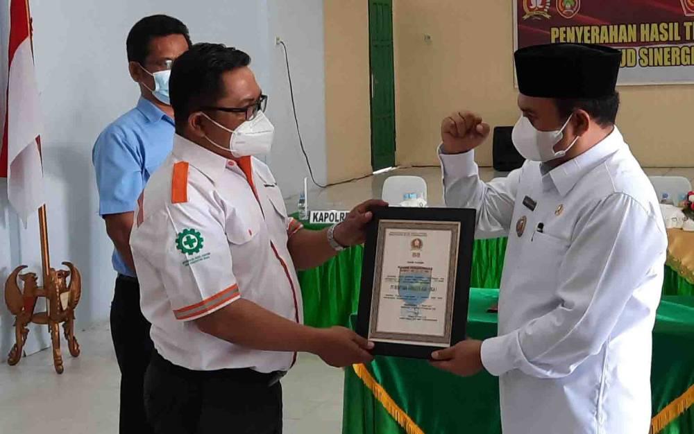 Wabup Kobar Ahmadi Riansyah memberikan apresiasi pada perwakilan perusahaan swasta, atas kontribusinya dalam TMMD ke 110 Kodim 1014 Pbn.