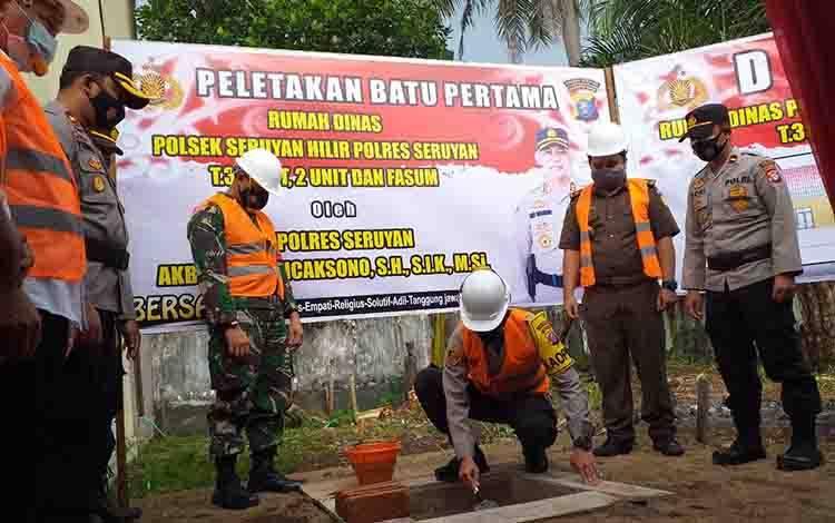 Kapolres Seruyan AKBP Bayu Wicaksono saat melakukan peletakan batu pertama pembangunan rumah dinas Polsek Seruyan Hilir.