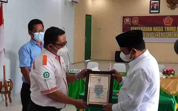 Corporate Affair Regional Kotawaringin PT BGA Group, Muhammad Jauhari saat menerima penghargaan dari Wabup Kobar.