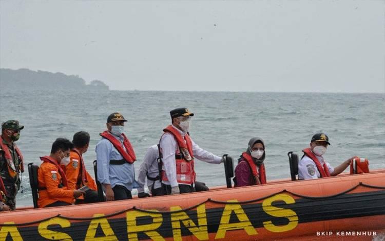 Dokumentasi. Menhub Budi Karya mengunjungi Pulau Lancang untuk menyemangati tim gabungan mencari kotak hitam CVR, Selasa (19/1) (Kemenhub)