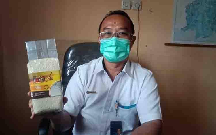 Kepala KCP Bulog Buntok memperlihatkan kemasan 1 kilogram beras Fortivit.