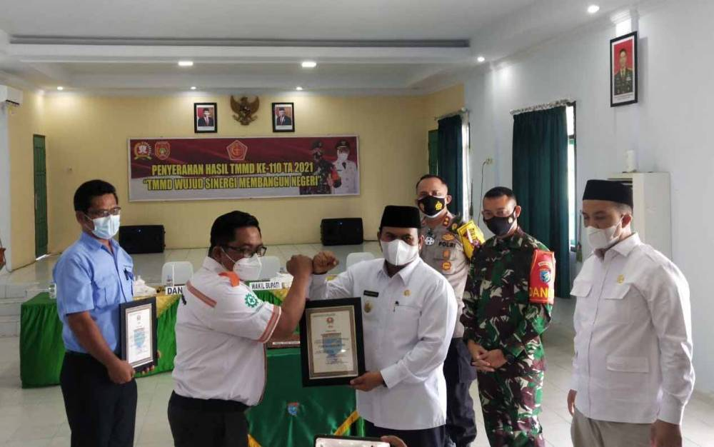 Corporate Affair Regional Kotawaringin PT BGA Group, Muhammad Jauhari saat menerima penghargaan dari Wabup Kobar, Ahmadi Riansyah, Rabu, 31 Maret 2021.