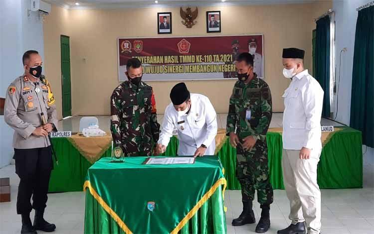 Ketua Komisi A DPRD Kobar, Rizky Aditya Putra (kanan) menghadiri penutupan TMMD ke 110 Kodim 1014 Pangkalan Bun