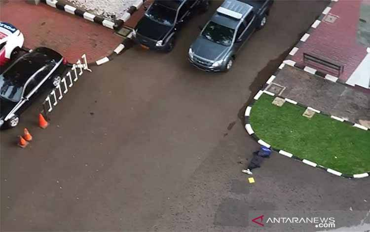 Polri menembak mati satu terduga teroris berjenis kelamin perempuan, yang diduga hendak menyerang markas besar (Mabes) Kepolisian Republik Indonesia (Polri), Rabu (31/3/2021)