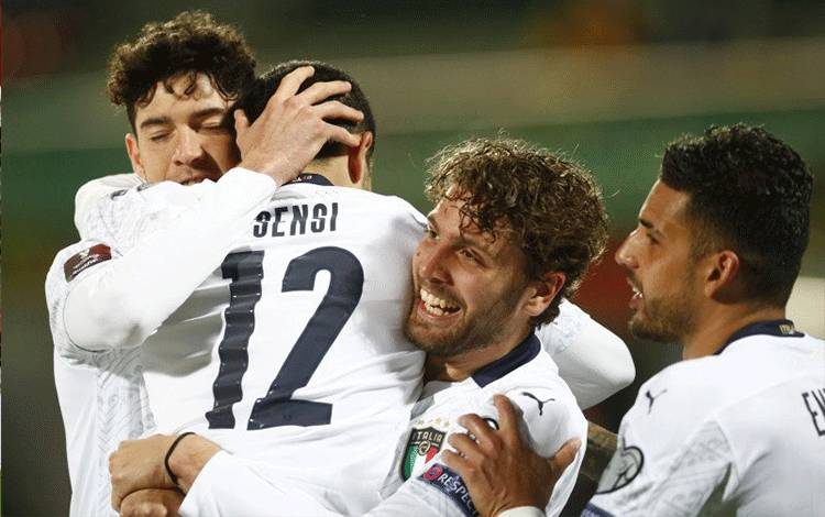 Pemain Italia Stefano Sensi merayakan gol yang ia cetak ke gawang Lithuania dalam pertandingan Grup C Kualifikasi Piala Dunia 2022 di LFF Stadionas, Vilnius, Lithuania, 31 Maret 2021. (REUTERS/INTS KALNINS)