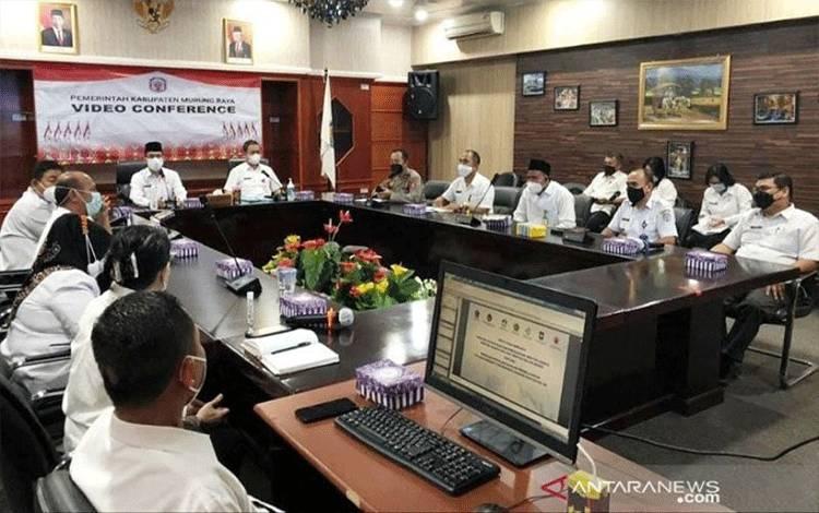 Suasana rapat Koordinasi membahas terkait panduan penyelenggaraan tatap muka terbatas bagi sekolah di Murung Raya, di Puruk Cahu, Rabu (31/3/2021). ANTARA/Supriadi