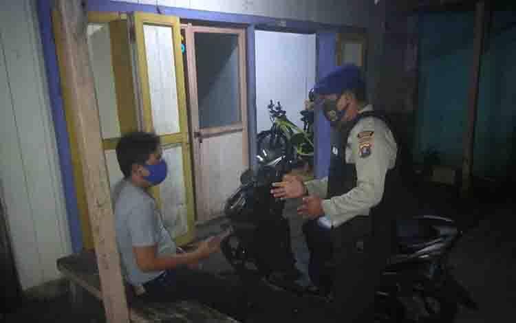 Personel Polairud Polres Seruyan memberikan imbauan agar warga bisa menjauhi paham radikal