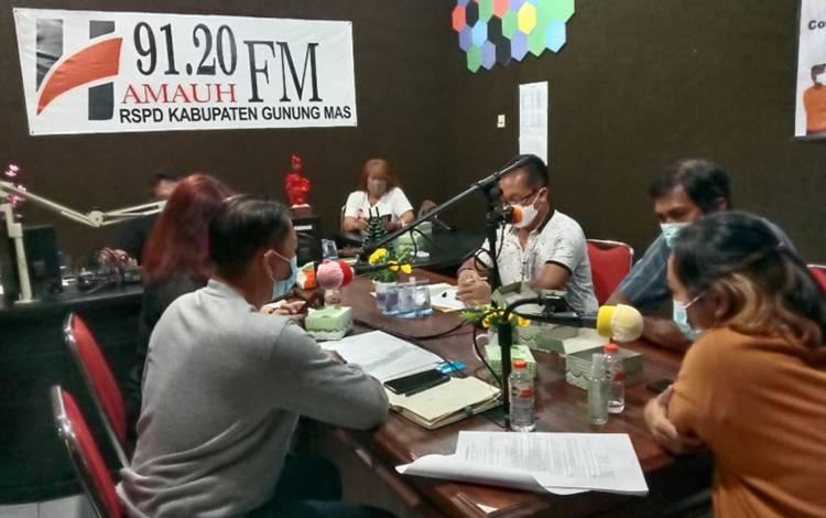 Suasana talkshow DPKP Kabupaten Gumas di Radio Hamauh FM, Rabu malam, 31 Maret 2021.