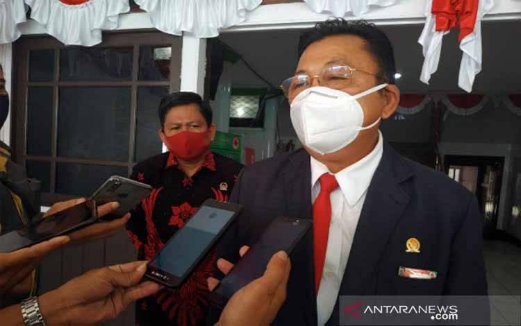 Presiden Majelis Adat Dayak Nasional (MADN) yang juga Anggota DPR RI Komisi II Fraksi PDI Perjuangan Daerah Pemilihan Kalimantan Barat, Cornelis,