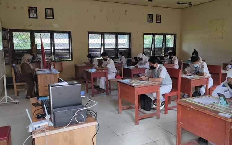 Pelajar SMAN-1 Dusun Selatan sedang mengikuti ujian sekolah