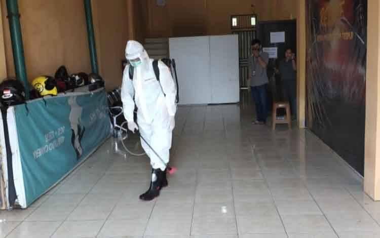 Tim Satgas Covid-19 Palangka Raya melakukan penyemprotam disinfektan