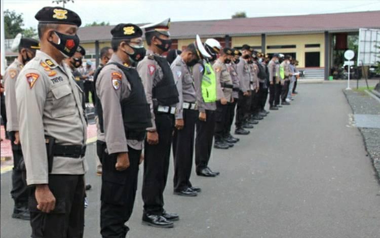 Personel Polres Kapuas saat mengikuti apel siaga cipta kondisi pengamanan ibadah Paskah pada Jumat, 2 April 2021.