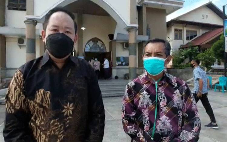 Ketua Dewan Paroki Sato Paulus Pangkalan Bun Hartono Halim (batik hitam) menyampaikan apresiasi atas pengamanan ibadah Paskah 2021 oleh personel gabungan TNI, Polri, Satpol PP dan Damkar Kobar.
