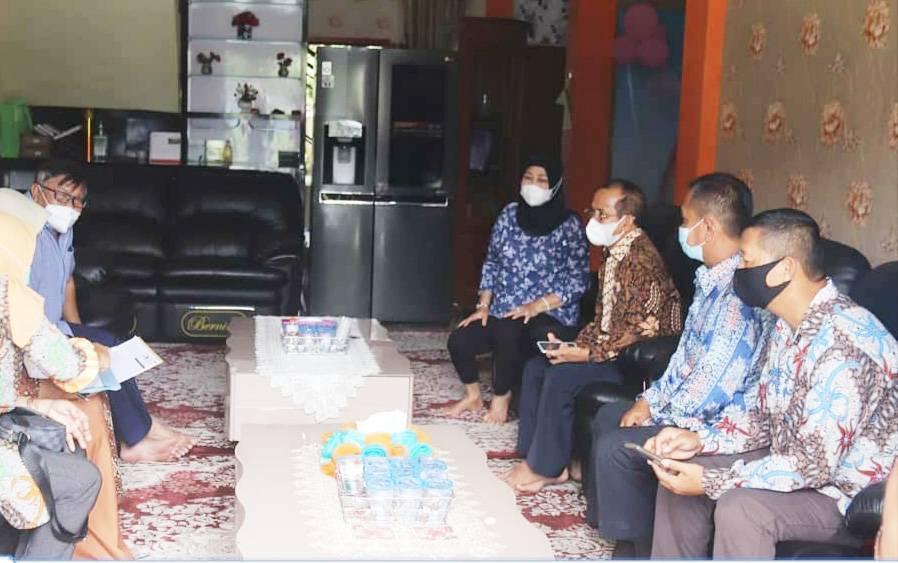 Pendataan keluarga di kediaman Ketua DPRD Barito Utara.