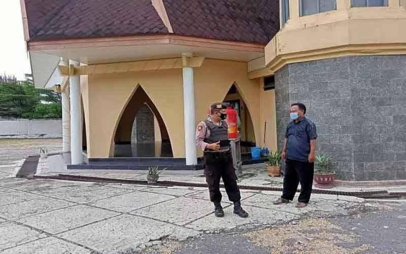 Anggota jajaran Polresta Palangka Raya, Kalimantan Tengah melakukan pengecekan terhadap gereja yang berada di kota setempat). (foto : ANTARA/Ho-Dokumentasi Pribadi)