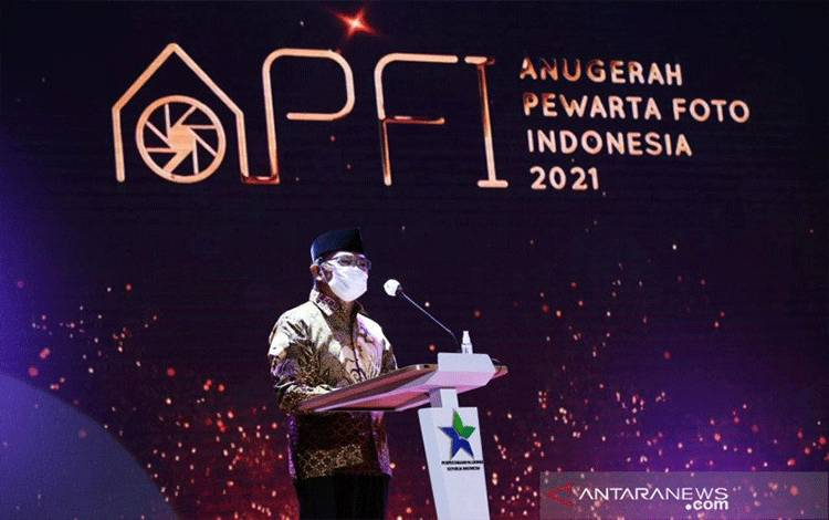 Menteri Koordinator Bidang Pembangunan Manusia dan Kebudayaan (Menko PMK), Muhajir Effendy, saat menyampaikan pidato dalam Anugerah Pewarta Foto Indonesia tahun 2021, Jumat (2/4/2021). (ANTARA/HO-Humas Kemenko PMK).