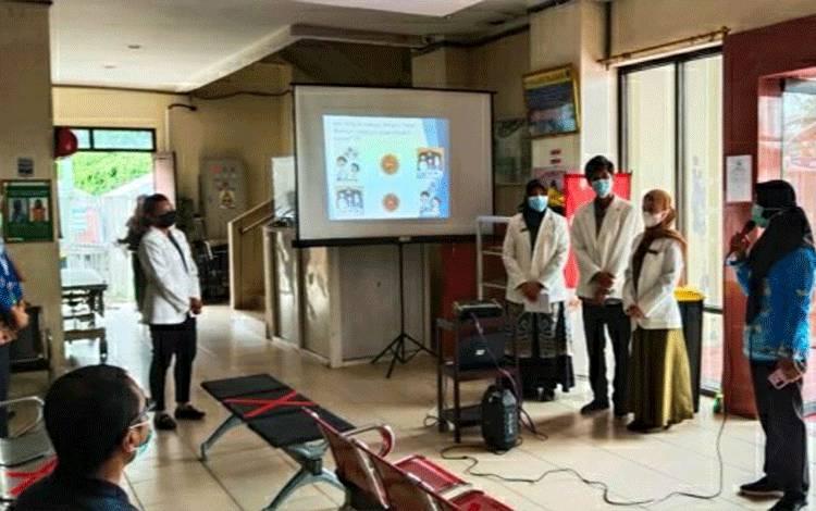 Tim PKRS RSUD Kapuas saat memberikan penyuluhan kepada warga sedang rawat jalan di rumah sakit setempat.