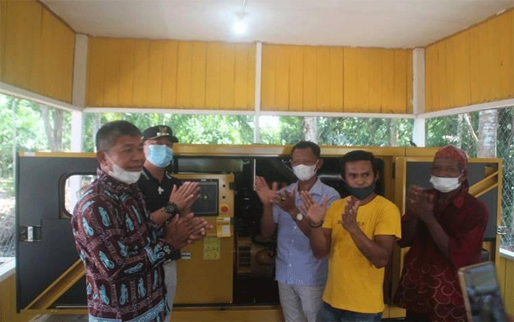 etua TPKD bersama Camat, Kades dan tokoh desa saat menghidupkan generator tanda diresmikannya listrik gratis untuk masyarakat Desa Tamiang, Sabtu 3 April 2021.