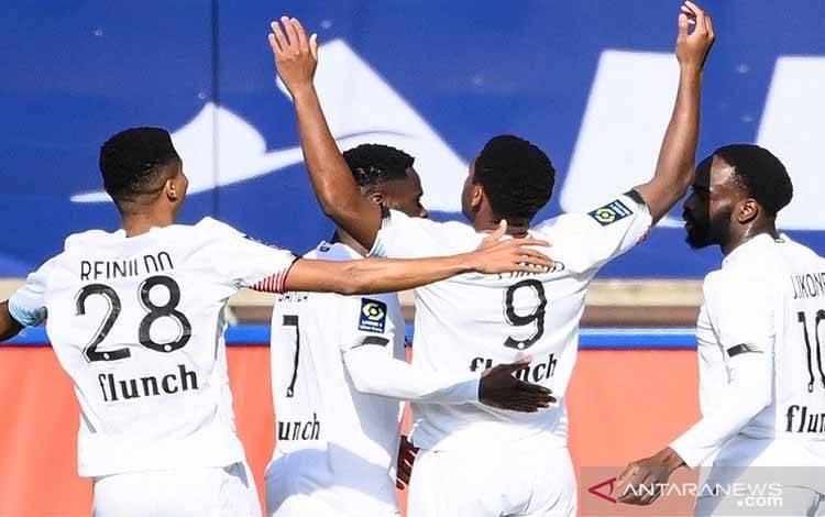 Penyerang Lille Jonathan David (kedua kanan) melakukan selebrasi bersama rekan-rekannya seusai mencetak gol ke gawang Paris Saint-Germain dalam lanjutan Liga Prancis di Stadion Parc des Princes, Paris, Prancis, Sabtu (3/4/2021)