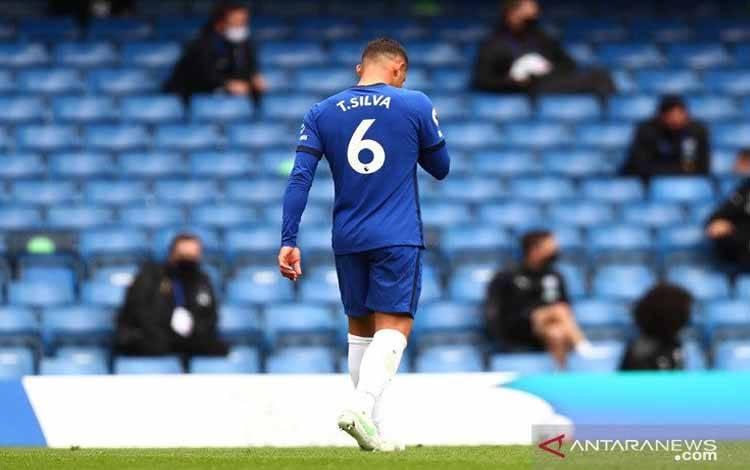 Bek Chelsea Thiago Silva meninggalkan lapangan seusai dikartu merah wasit David Coote dalam lanjutan Liga Inggris melawan West Bromwich Albion di Stadion Stamford Bridge, London, Inggris, Sabtu (3/4/2021)