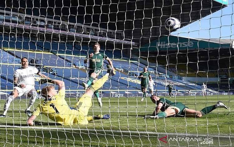 Bek Sheffield United Phil Jagielka (kanan) mencetak gol bunuh diri dalam lanjutan Liga Inggris melawan Leeds United di Stadion Elland Road, Leeds, Inggris, Sabtu (3/4/2021)