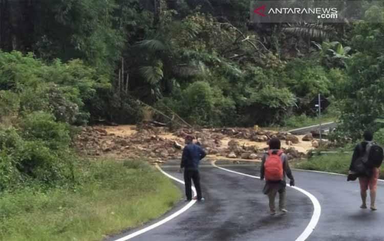 Banjir dan tanah longsor melanda wilayah Manggarai Barat, Pulau Flores, Nusa Tenggara Timur, Kamis (7/3) malam yang mengakibatkan dua orang tewas dan memutuskan akses transportasi darat yang menghubungkan Labuan Bajo-Ruteng