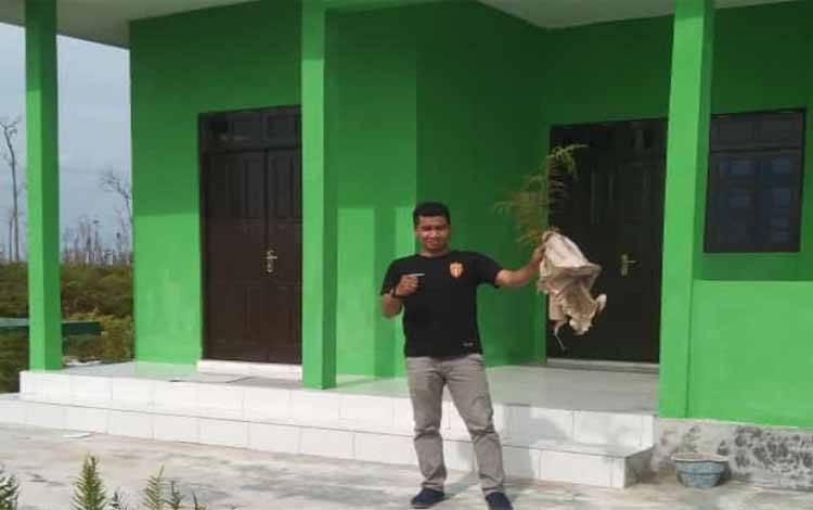Anggota Komisi II DPRD Kotawaringin Timur, M Abadi saat mengecek areal restorasi gambut