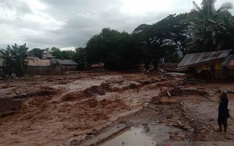 Banjir bandang menerjang salah satu desa di pulau Adonara, Flores Timur, Ahad (4/4/2021)