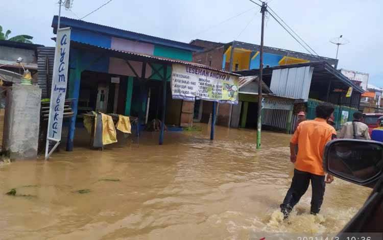 Kondisi banjir yang masih menggenang akibat hujan lebat di Kabupaten Bima, Nusa Tenggara Barat, Minggu (4/4/2021)