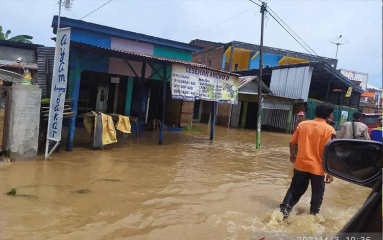 Kondisi banjir yang masih menggenang akibat hujan lebat di Kabupaten Bima, Nusa Tenggara Barat, Minggu (4/4/2021). ANTARA/HO-BNPB