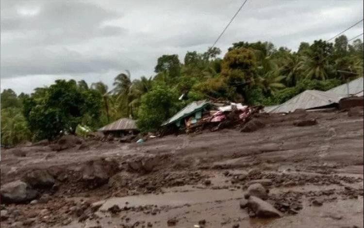 Tangkapan Layar - Kondisi banjir dan tanah longsor di Desa Nele Lamadike, Kecamatan Ile Boleng, Kabupaten Flores Timur, Nusa Tenggara Timur, Minggu (4/4/2021). (ANTARA/HO-Facebook Kuma Nuba Tukan)