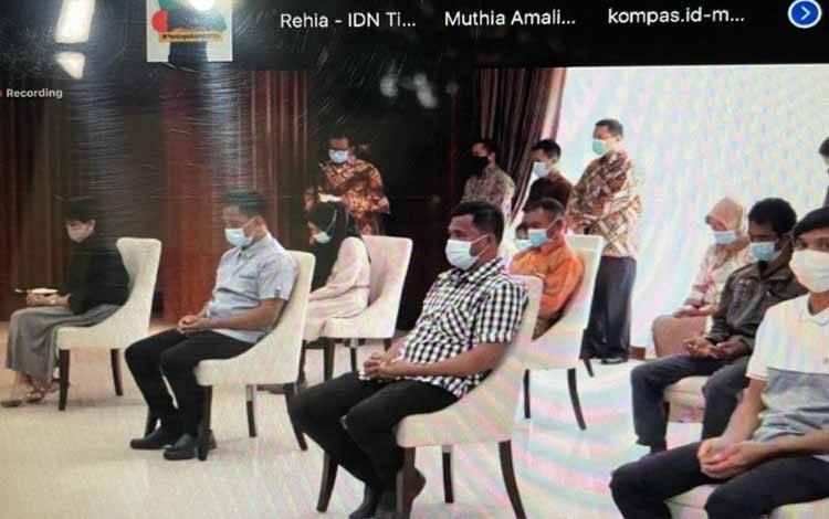 Empat WNI korban penyanderaan Kelompok Abu Sayyaf diserahkan oleh pemerintah kepada keluarga, dalam acara yang dipantau secara daring, Senin (5/4/2021)