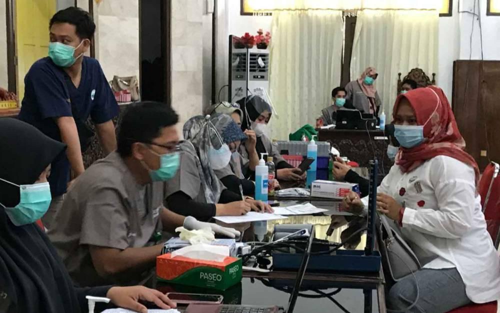 Anggota DPRD Kapuas saat akan menerima suntikan vaksin covid-19, bertempat di DPRD setempat, Senin, 5 April 2021.
