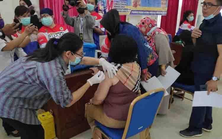 Wakil Bupati Barsel, Satya Titiek Atyandi Djoedir disuntik vaksin dosis kedua.
