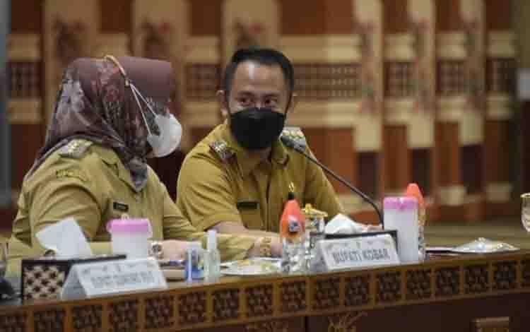 Wali Kota Palangka Raya Fairid Naparin saat ikut rapat koordinasi pencegahan korupsi terintegrasi, Senin, 5 April 2021.
