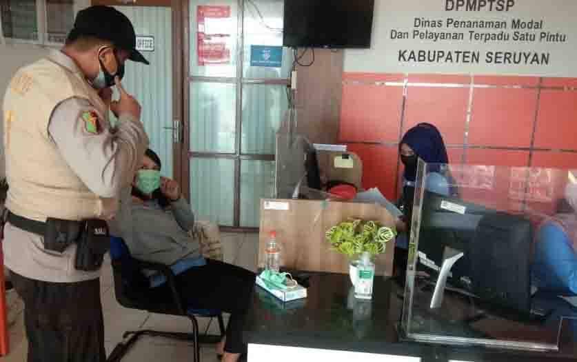Personel Polres Seruyan memberikan sosialisasi protokol kesehatan pada instansi pelayanan publik di Kuala Pembuang.