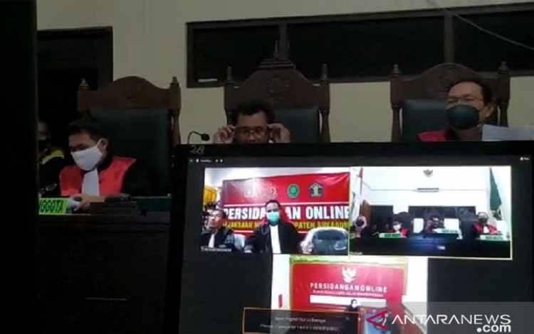 Pembacaan vonis yang dilakukan Majelis Hakim PN Cibadak pada kasus narkotika jaringan internasional yang dilakukan secara daring pada Selasa, (6/4). Pada sidang ini empat WNA dan sembilan WNI yang terlibat kasus penyulundupan sabu seberat 403 kg divonis hukuman mati