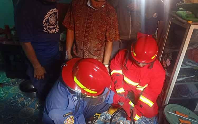 Petugas Damkar Kobar periksa tabung gas terbakar.
