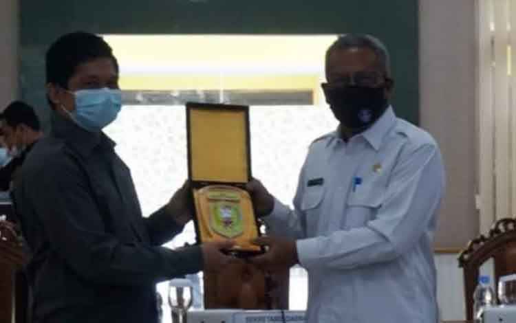 Anggota Ketua rombongan DPRD Sanggau, Provinsi Kalbar  Jeremias Marselinus saat diterima Sekda Kobar Suyanto, Rabu, 7 April 2p21